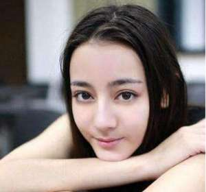 曝迪丽热巴演出照 网友:你还记得在广州的演出吗-好青涩的时候