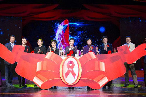 彭丽媛出席世界艾滋病日主题宣传活动