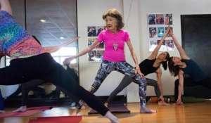 """老当益壮!98岁老人获封""""世界最年长瑜伽教练"""""""