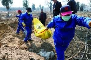 北京大兴13个村为让位新机场集体迁坟