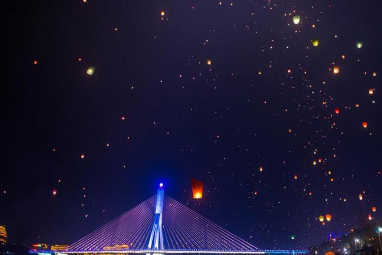 西双版纳放飞孔明灯庆祝傣历新年